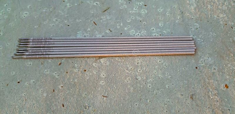 Некоторые электроды на коричневой предпосылке redy для пользы стоковые фотографии rf