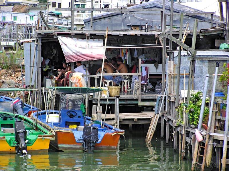 Некоторые людей сидят в доме в рыбацком поселке Tai o Гонконге стоковое фото