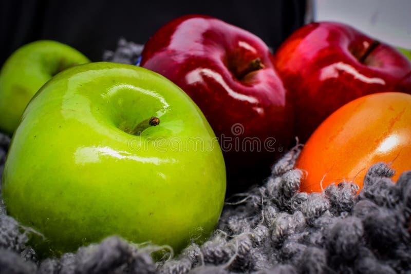 Некоторые яркие яблоки стоковые изображения rf