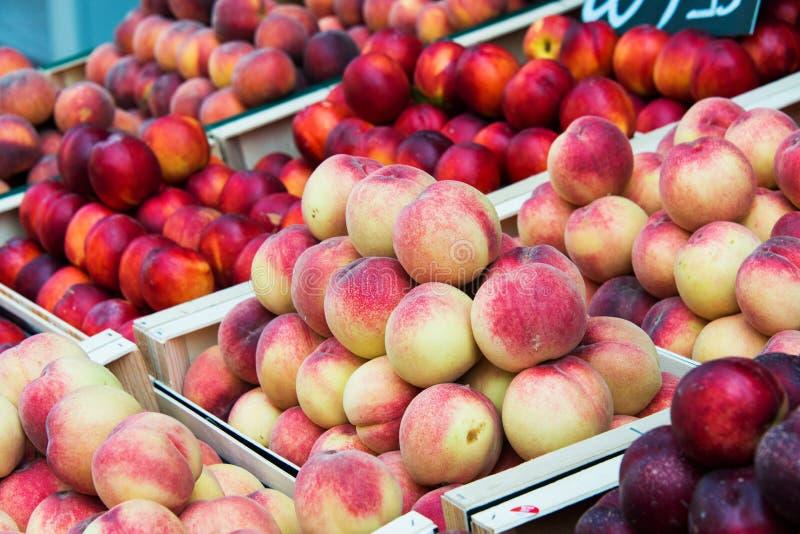 Нектарины и персики стоковая фотография rf
