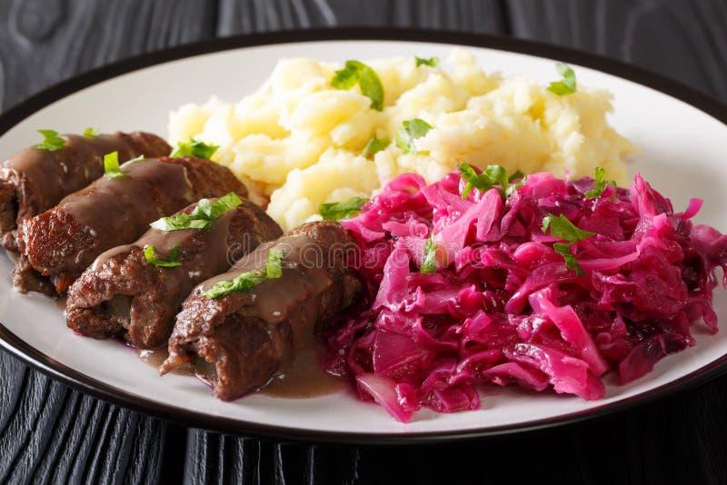 Немецкая говядина rouladen рецепт, вместе с картофельным пюре и красным ca стоковые изображения rf