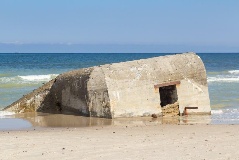 Немецкая половина бункера Второй Мировой Войны погрузила в воду, пляж Skiveren, Дания стоковые фото