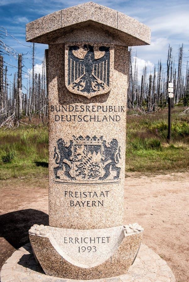 Немецкая сторона камня границы на Dreieckmark в баварском лесе стоковое изображение