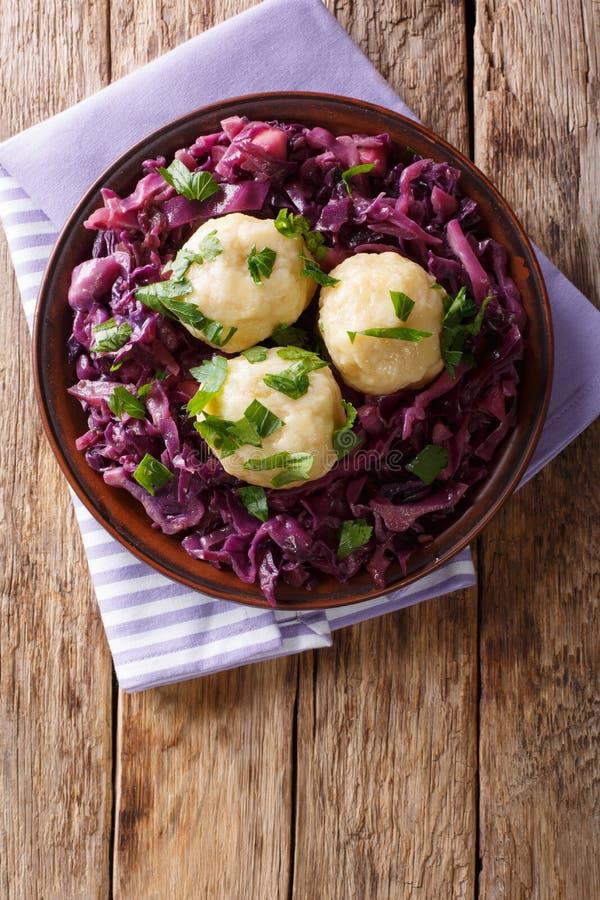 Немецкие вареники картошки knodel еды и потушенный конец красной капусты стоковое изображение rf