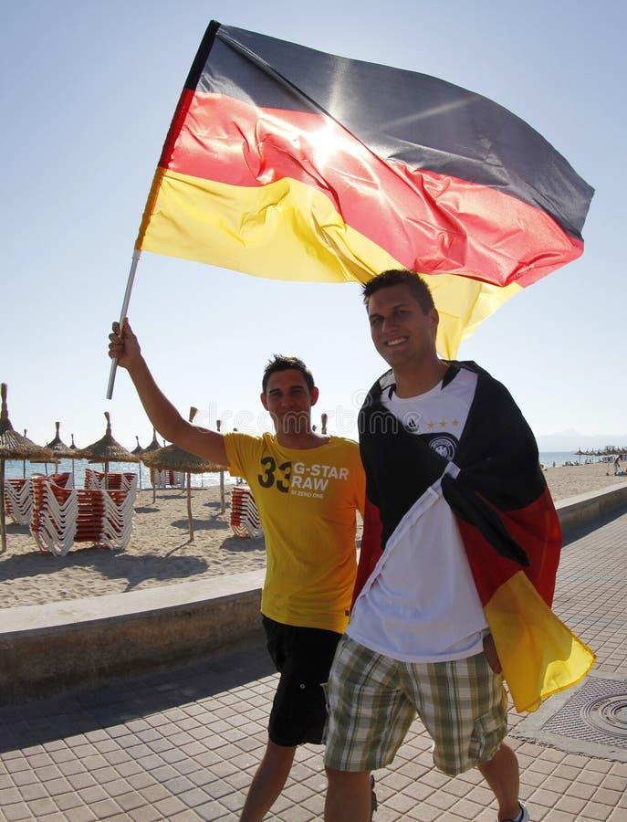 Немецкие вентиляторы наблюдая кубок мира футбола соответствуют на толпить террасе во время их праздников в Мальорке стоковое изображение