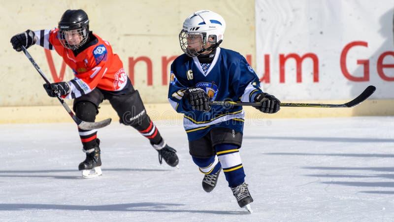 Немецкие дети играя хоккей на льде стоковые фотографии rf