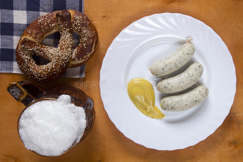 Немецкие крендели и сосиски стоковые фотографии rf