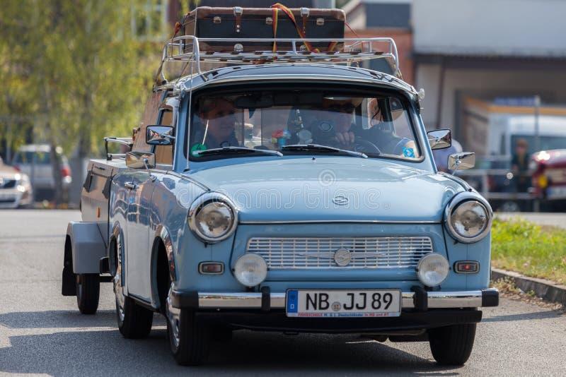 Немецкие trabant приводы автомобиля на улице стоковое фото rf