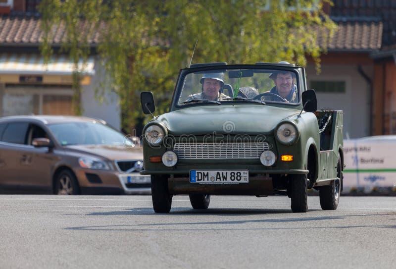 Немецкие trabant приводы автомобиля на улице стоковое изображение