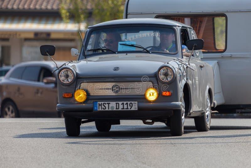 Немецкие trabant приводы автомобиля на улице стоковая фотография rf