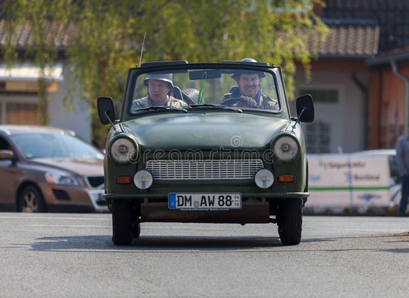 Немецкие trabant приводы автомобиля на улице стоковое фото
