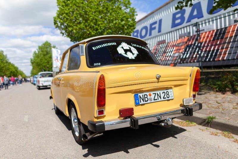 Немецкие trabant стойки на улице во время oldtimer показывают стоковые фото