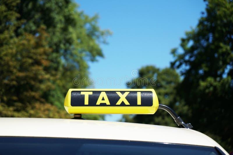 Немецкий знак такси на крыше автомобиля стоковые изображения