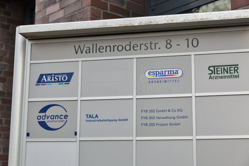 Немецкий родовой крупный план логотипов фармацевтических компаний в Берлине, Германии стоковое фото