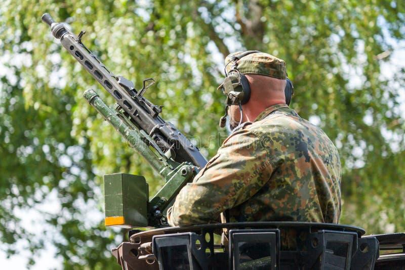 Немецкий солдат на пулемете стоковая фотография rf