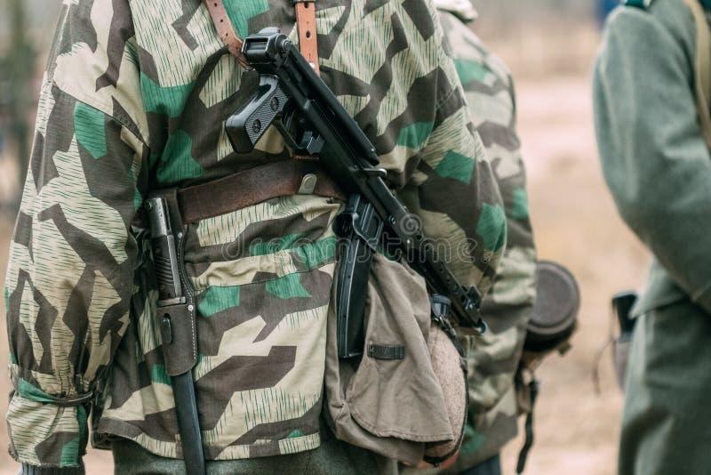 Немецкий солдат с советским пулеметом PPS-43 на его назад стоковое изображение rf