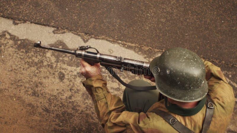 Немецкий солдат всходов мира 2 войны от mashinegun в замедленном движении видеоматериал