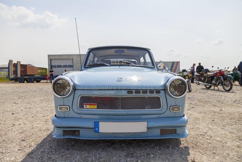 немецкий trabant автомобиль стоит на выставке oldtimer стоковые изображения