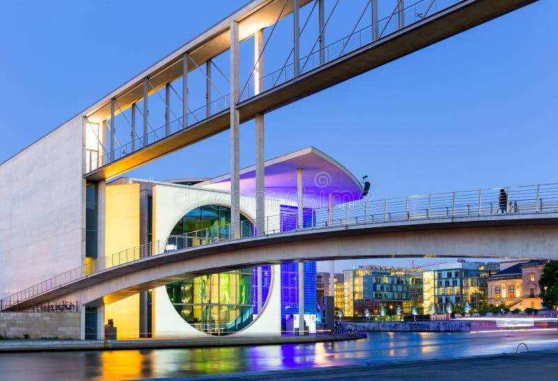 Немецкое ведомство канцлера в голубом часе, Берлин стоковые фотографии rf