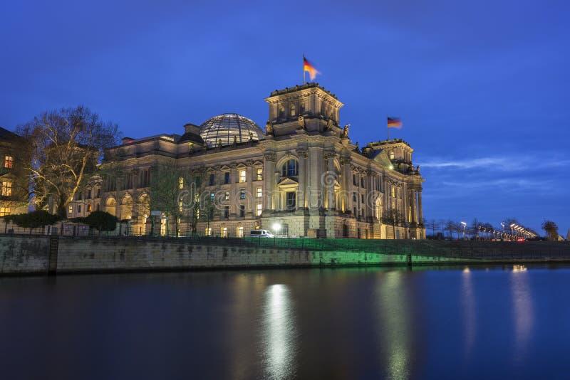 Немецкое здание Reichstag парламента в Берлине в вечере стоковое фото