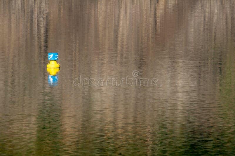 Немецкое озеро Edersee с поверхностной отметкой стоковые изображения