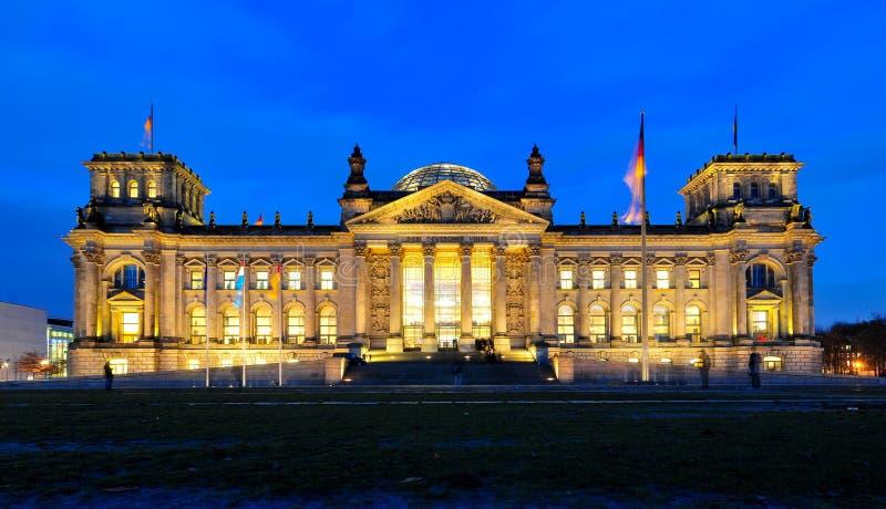 Немец Reichstag на сумраке стоковая фотография