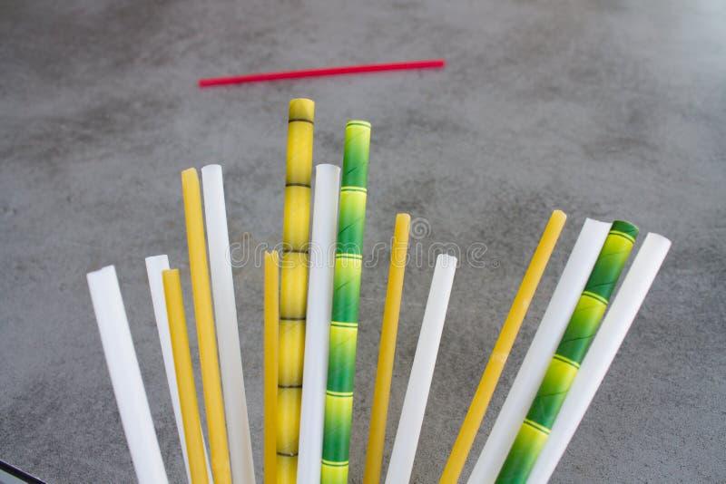 Немногий замещение пластиковых трубок коктейля стоковая фотография rf