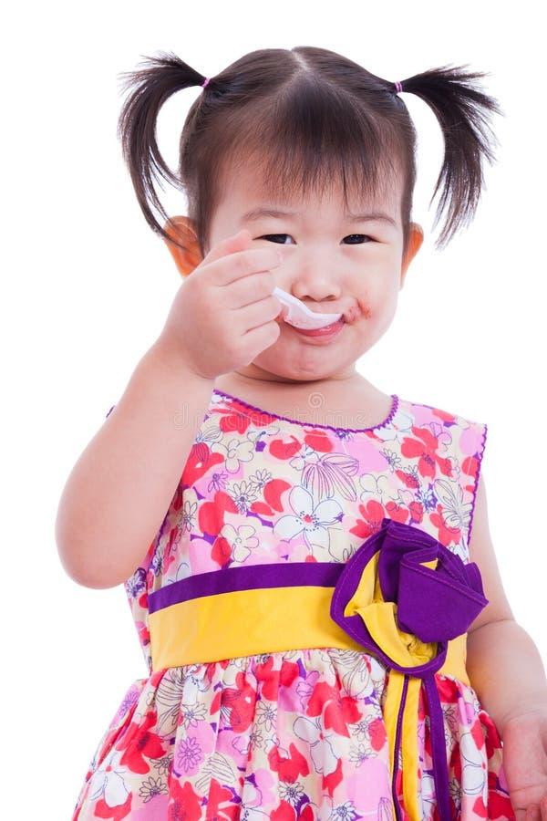 Немногое азиатская (тайская) девушка усмехаясь и наслаждается съесть стоковые изображения