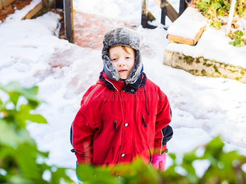 Немногое белокурый мальчик в outerwear зимы outdoors стоковое изображение rf