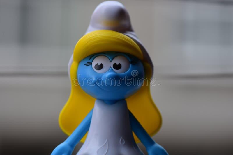 Немногое голубое Smurfs, госпожа Smurf стоковые фотографии rf