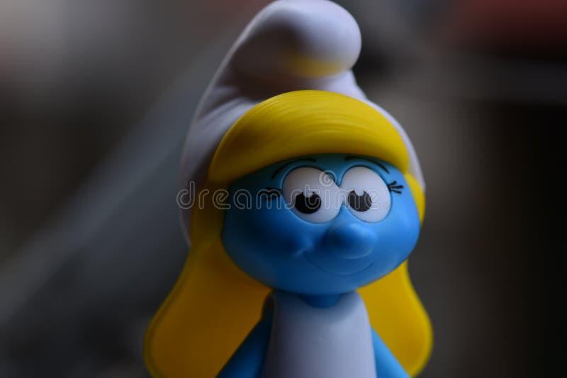 Немногое голубое Smurfs, госпожа Smurf стоковое изображение rf