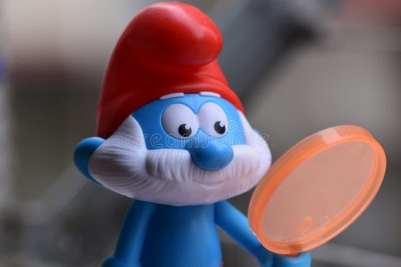 Немногое голубое Smurfs, папа Smurf стоковые изображения rf