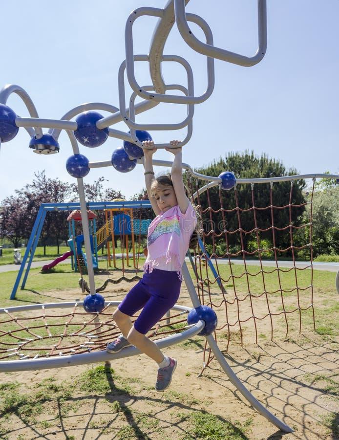 Немногое девушка школы beginner играя на спортивной площадке стоковое фото