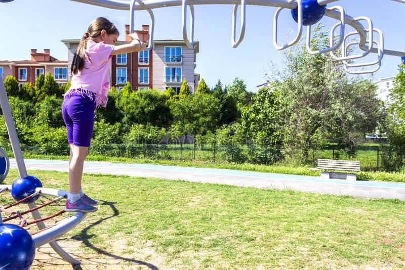 Немногое девушка школы beginner играя на спортивной площадке стоковые фотографии rf