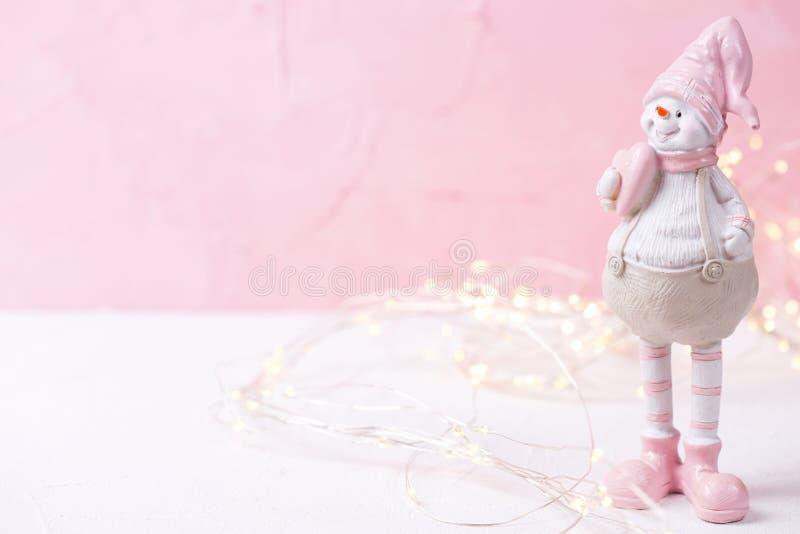 Немногое декоративные игрушка снеговика и света феи на ярком пинке стоковое изображение