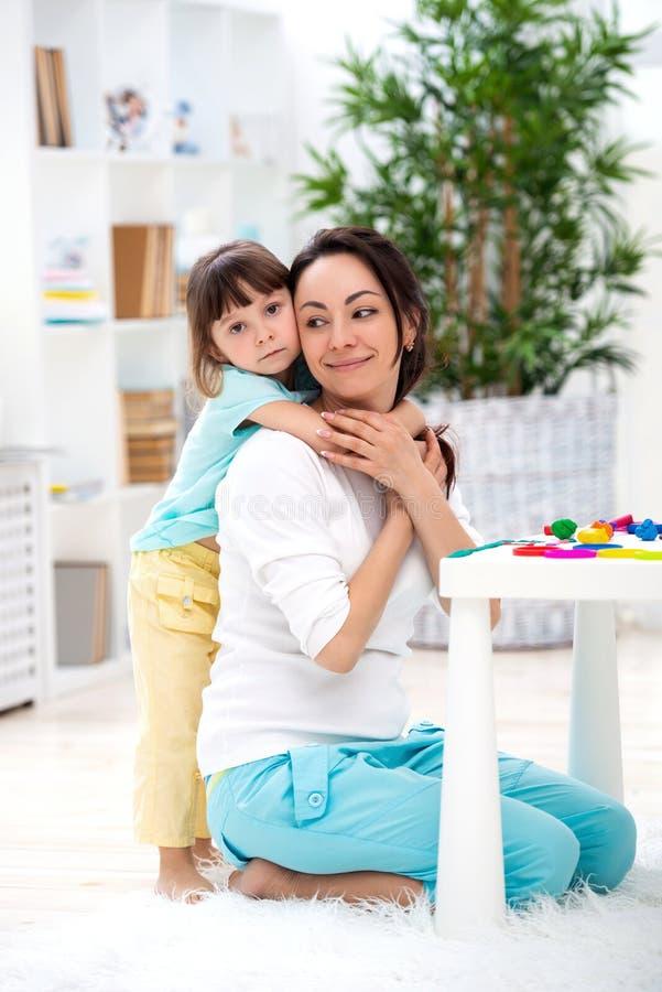 Немногое дочь обнимает маму Счастливая семья и влюбленность мать s дня стоковое фото
