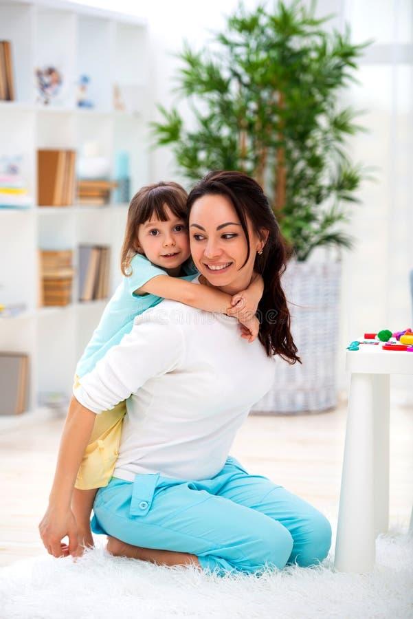 Немногое дочь обнимает маму Счастливая семья и влюбленность мать s дня стоковая фотография
