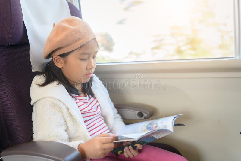 Немногое журнал перемещения чтения перемещения в поезде, стоковые фото