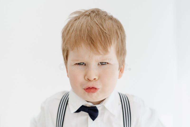 Немногое кавказский портрет крупного плана гримасы мальчика стоковое изображение rf