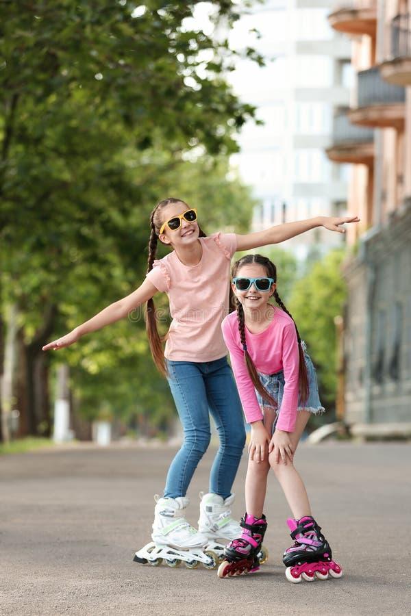 Немногое кататься на коньках ролика детей стоковые фото