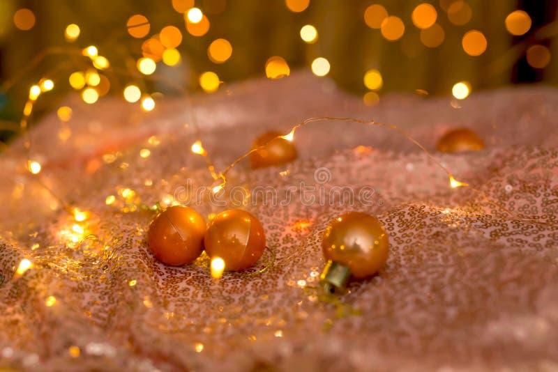 Немногое оранжевые шарики рождества на красивой сияющей предпосылке стоковые изображения rf
