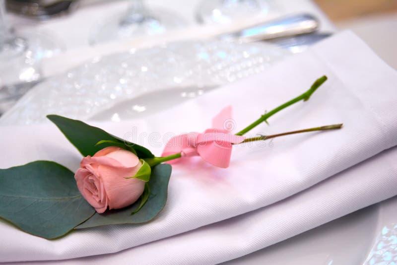 Немногое подняло на украшения свадьбы плиты стоковые изображения rf