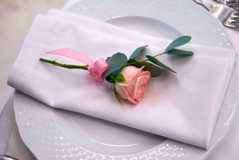 Немногое подняло на украшения свадьбы плиты стоковое фото