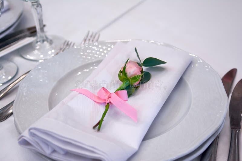 Немногое подняло на украшения свадьбы плиты стоковое фото rf