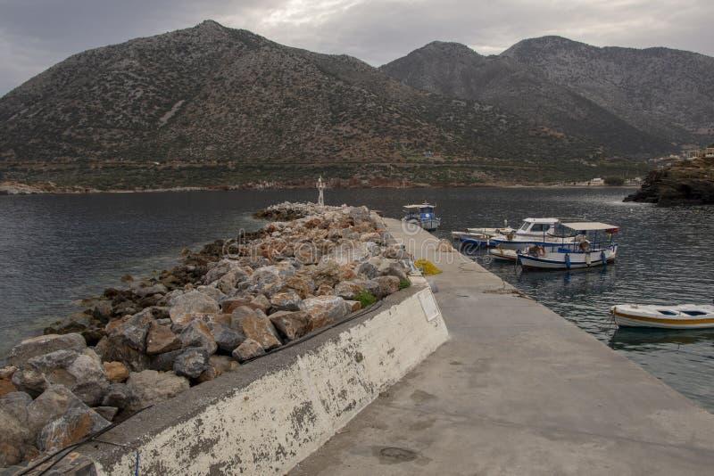 Немногое пристань с местными рыбацкими лодками на Крите стоковые изображения rf