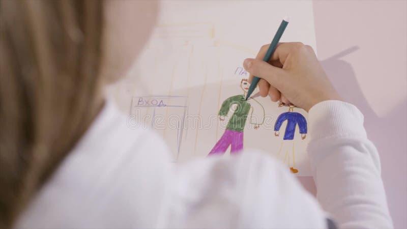 Немногое ребенок рисует карандаш на листе бумаги E Маленькая девочка рисует на листе бумаги Подарок для мамы стоковая фотография rf
