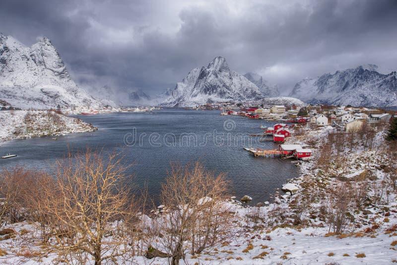 Немногое рыбацкий поселок Hamnoy и Sakrisoy на островах Lofoten стоковая фотография rf