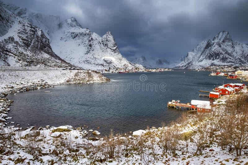 Немногое рыбацкий поселок Hamnoy и Sakrisoy на Lofotens стоковое фото