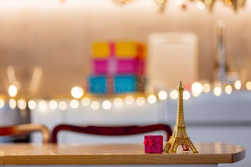 Немногое сувенир и подарочная коробка Эйфелевой башни на таблице стоковое изображение rf