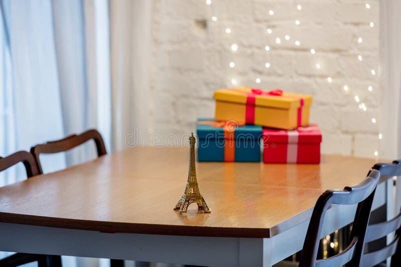 Немногое сувенир и подарочные коробки Эйфелевой башни на таблице стоковое изображение